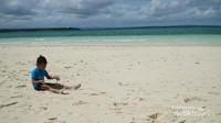 Pengunjung bukan hanya orang dewasa, namun anak-anak yang begitu menikmati Pantai Ngurtafur ini.
