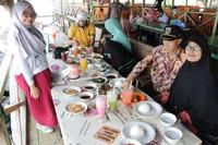 Bersama keluarga menikmati santab siang di Ujong Blang