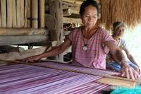 Kegiatan menenun menjadi aktifitas ibu-ibu di kampung ini, kalian juga bisa membelinya langsung lho.