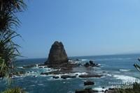 Batu Karang tinggi menjulang yang merupakan ciri khas Pantai Papuma