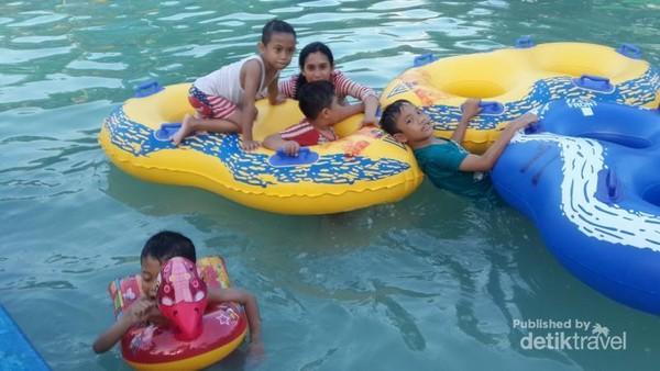 Tersedia banyak alat permainan di kolam renang