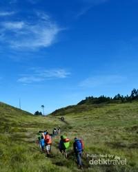 Hiking melitasi bukit Prau