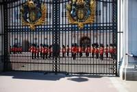 Upacara prosesi sebelum pergantian penjaga Istana yang dilakukan dihalaman Istana Buckingham. Penjaga Istana Buckingham merupakan tentara Inggris (British Army) dari The Household division