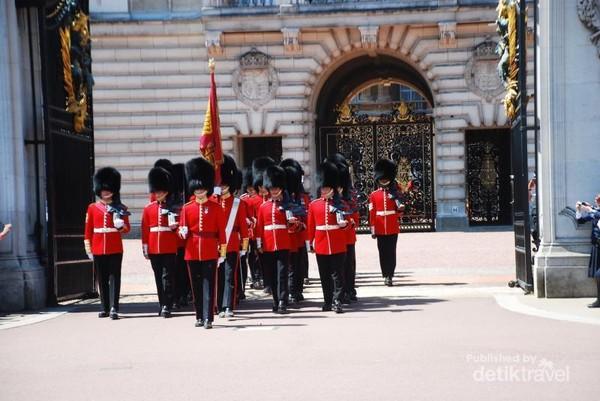 Para penjaga istana Buckingham keluar dari istana untuk digantikan dengan shift berikutnya. Pergantian penjaga Istana ini biasanya dilakukan pada pukul 11.00 hingga 11.45. Acara ini gratis bagi seluruh wisatawan berkunjung di halaman depan Istana Buckingham