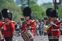 Iringan band dari The Bands of the Guards Division  merupakan salah satu military band terbaik di dunia yang terdiri dari 49 anggota yang dikomando oleh Direktur Musik. Diiringi oleh dan korps drums pergantian penjaga Istana Buckingham memainkan musik tradisional dan musik populer