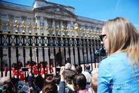 Setelah pergantian penjaga Istana, para pengunjung diperbolehkan mendekat kearah pagar untuk dapat melihat lebih dekat Istana dan penjaga yang telah masuk kedalam Istana