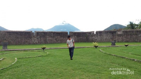 Rumput hijau di Halaman Benteng yang menambah cantik area benteng