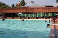 Kolam renang dengan ketinggian air yang bervariasi