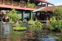 Suasana kolam dengan tempat makan disekelilingnya