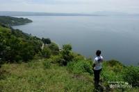 Melihat keindahan danau Toba dari bukit di pulau Sibandang
