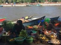 Pasar Terapung di Taman Siring, Kota Banjarmasin