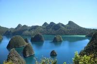 Salah satu sudut Kepulauan Wayag dengan bukit-bukit yang eksotis