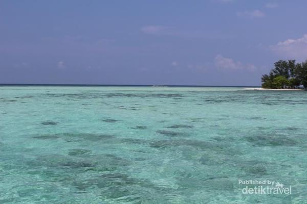 Pemandangan yang nampak saat kapal mendekati pulau cemara kecil.