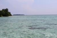 Lautnya yang jernih dan tidak terlalu dalam dengan warna yang cantik.