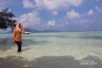 sayang jika tidak mengambil foto di pantai seindah ini.