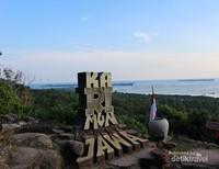 Tempat berfoto dengan laut luas di latar bel;akang