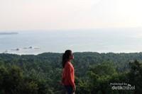 Dari tempat tertinggi di bukit cinta , lautan luas terhampar dapat terlihat dengan jelas