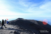 Namun harus selalu waspada ketika di Puncak, karena Gunung Semeru selalu berstatus Siaga.