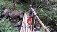Sebelum ke air terjun, kita harus melewati jembatan bambu