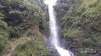 Air terjun Murukeba mengalir dari tebing setinggi 100 meter dengan tanaman air yang lebat dan hijau,indah sekali.