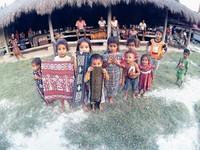 Bermain dengan anak Desa Pau  yang ramah