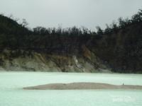 Kawah Putih berada di area pegunungan dengan ketinggian sekitar 2400 meter di atas permukaan laut