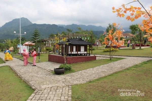 Pemandangan di sekitar taman miniatur yang indah.