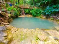 Pengunjung bisa berenang di kolam air terjun