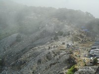 Suasana di atas Kawah Ratu yang ramai pengunjung