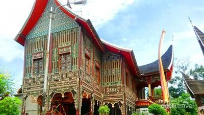 Istana dengan Ratusan Ukiran Khas Minang