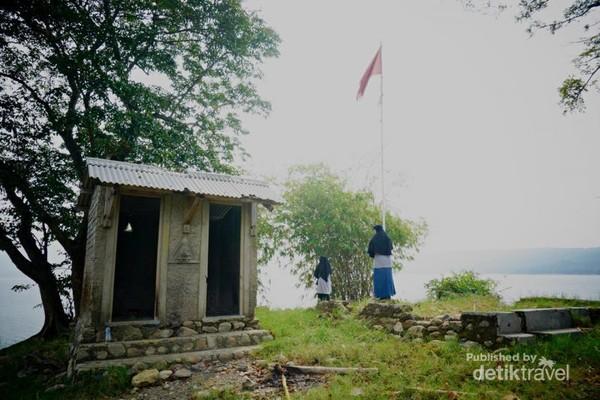 Sisa bekas bangunan di Pulau Jodoh