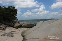 Bebatuan putih seperti ini banyak terdapat di Pulau Lengkuas.