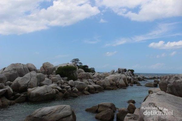 Air laut , batu-batu indah dan langit biru menjadi lukisan alam yang sangat cantik.