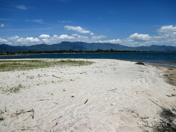 Di Porsea, Toba Samosir ada sebuah pantai berpasir putih bernama Pantai Pasifik Porsea
