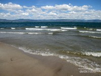 Uniknya pantai ini tidak menghadap ke laut melainkan ke Danau Toba