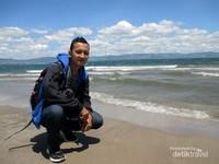 Saya berfoto di Pantai Pasifik Porsea
