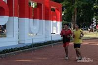 Lari santai, keliling lapangan Taman Sempur