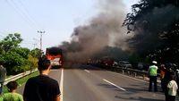 Video Amatir : Bus Terbakar di Tol Merak