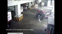 CCTV Polisi Bekuk Pembobol Bagasi Pesawat