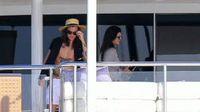 Kendall Jenner dan Harry Styles Mesra di Yacht