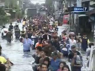 Tanggul Jebol, Banjir Kian Meluas