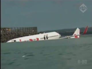 Warga Sewa Perahu untuk Dekati Pesawat