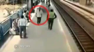 Rekaman CCTV, Polisi Selamatkan Aksi Bunuh Diri