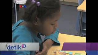 Relawan Lansia Bantu Murid-murid Belajar Membaca