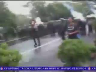 Polisi Bubarkan Buruh yang Blokir Jalan Tol