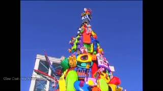 Pohon Natal Ini Terbuat dari Ribuan Mainan