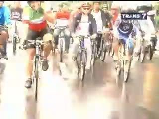 Jokowi vs Lorenzo Dalam Balap Sepeda