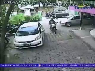 Perampokan Nasabah Terekam CCTV