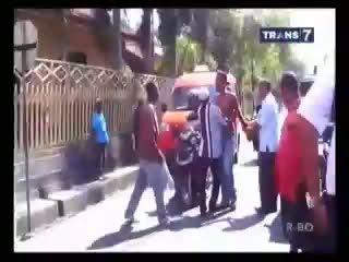 Tukang Becak Vs Sopir Rental Adu Pukul di Tengah Jalan