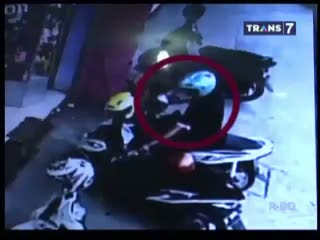 Kena! Pencuri Tas Dihajar Warga Terekam CCTV